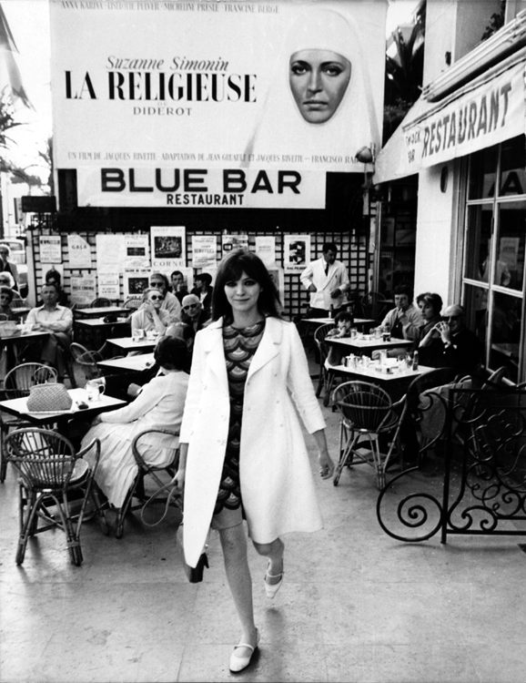 Anna Karina walks away