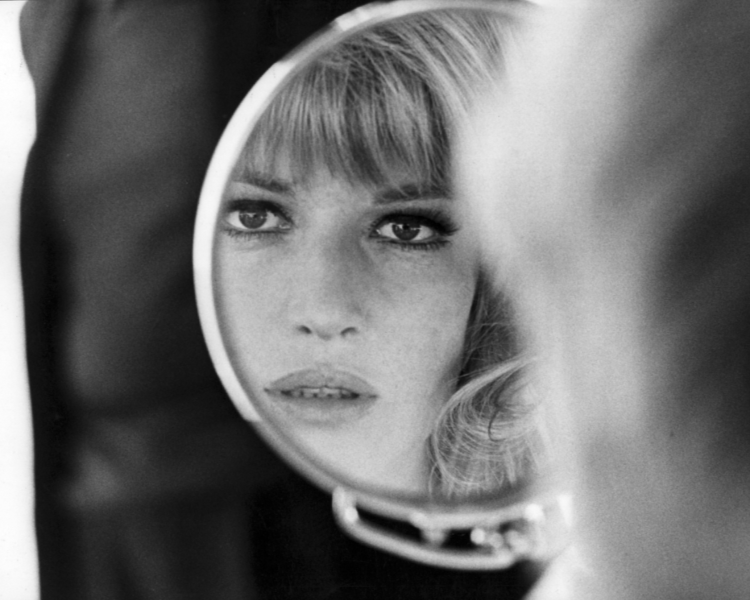 Monica Vitti looks in the mirror