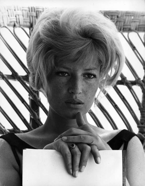 Monica Vitti has a think
